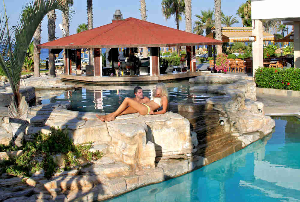 Leonardo Hotels & Resorts Mediterranean - poolBar_01.jpg